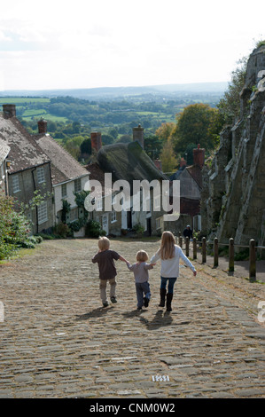 Children walking up Gold Hill in Shaftesbury, made famous by the Hovis advert directed by Ridley Scott - Stock Photo