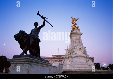 England, London, Buckingham Palace, Statue of Queen Victoria - Stock Photo