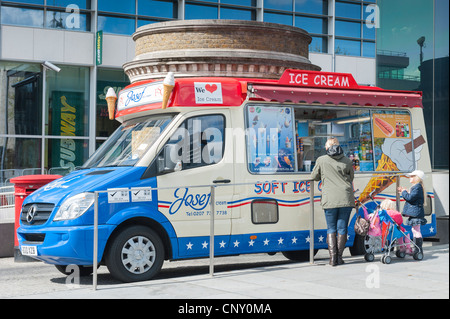 Tower of London Josef , Five Star Catering , ice cream Mercedes van in red & blue livery mother & children buying - Stock Photo