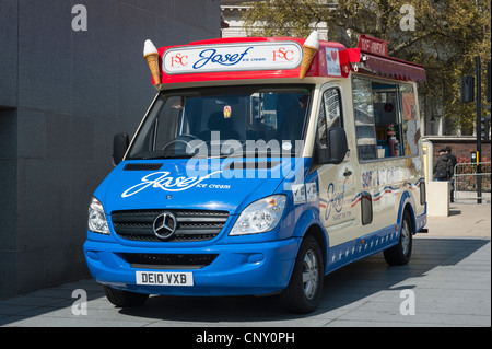 Tower of London Josef Ice Cream Five Star Catering Mercedes van in red & blue livery soft drinks Coka Cola Sprite - Stock Photo