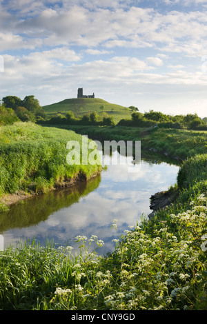 River Tone meandering towards Burrow Mump and the ruined church on its summit, Burrowbridge, Somerset, England. - Stock Photo