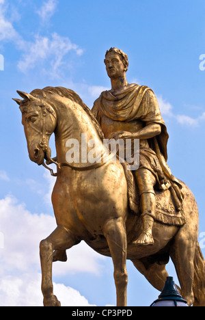 The gold statue dedicated to King William, Hull, England, UK - Stock Photo