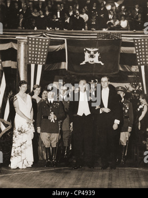 Franklin Roosevelt Inaugurated as Governor of New York 1929-1932 . In formal dress FDR stands with support from - Stock Photo