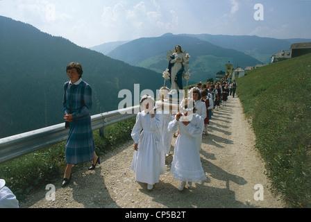 Trentino-Alto Adige Val Badia Pieve di Marebbe (Bz). Procession of Ladin minority in costume for Feast of Assumption. - Stock Photo