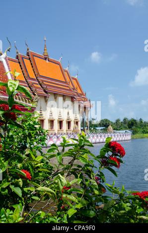 Thailand, Ko Samui (aka Koh Samui). Wat Plai Laem, Buddhist temple located in the center of a scenic lake. - Stock Photo