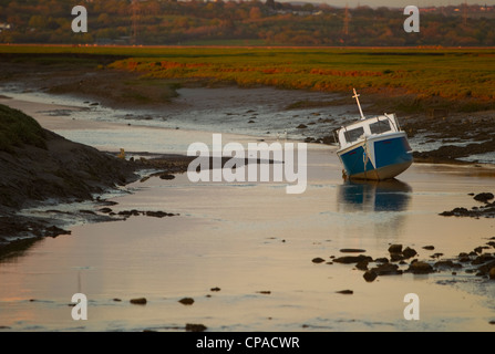 The sun setting over the Loughor Estuary at Penclawdd, West Wales. - Stock Photo