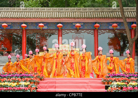 A group of traditional Chinese dancers at the tourist center on Mount Kongtong near Pingliang city in China. - Stock Photo