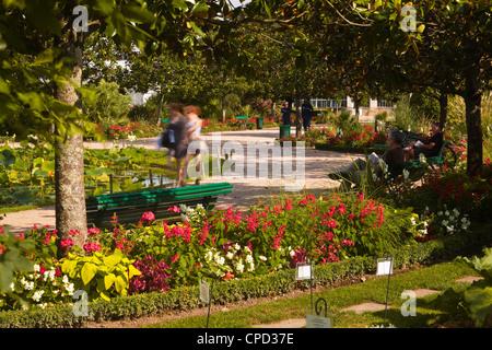 People walking through the Jardins Botanique (Botanical Gardens), Tours, Indre et Loire, Centre, France, Europe - Stock Photo