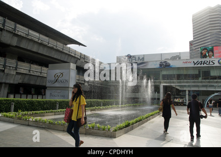 People walking through fountain at Siam Paragon Shopping mall in Bangkok - Stock Photo