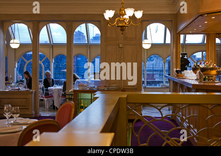 London, the afternoon tea hall of the Harrod's Georgian restaurant - Stock Photo