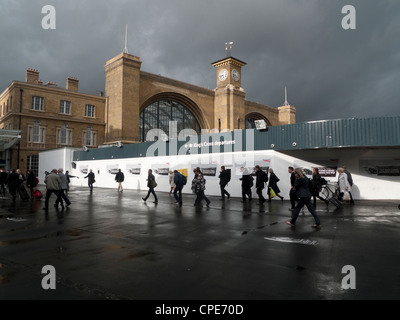 Commuters leaving work on a Friday evening entering King's Cross Railway Station London England UK KATHY DEWITT - Stock Photo
