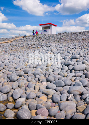 A lifeguard lookout hut on the top of the pebble ridge at Westward Ho!, Devon, England, United Kingdom. - Stock Photo