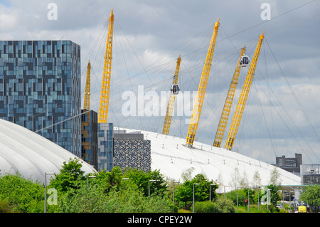 Cable car gondolas passing close to the o2 dome at North Greenwich - Stock Photo