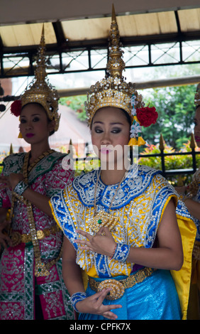 Dancers at the Erawan Shrine, Bangkok Thailand - Stock Photo