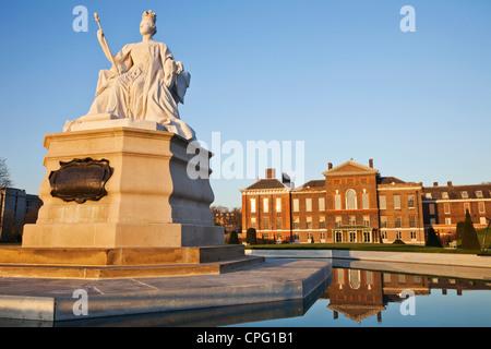 England, London, Kensington, Queen Victoria Statue and Kensington Palace - Stock Photo