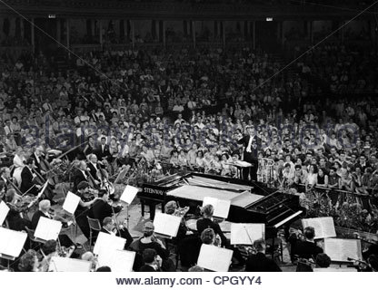 Sargent, Sir Malcolm, 29.4.1895 - 3.10.1967, English conductor, conducting the BBC Symphony Orchestra, concert in - Stock Photo