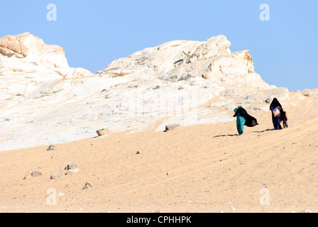 Bedouin women with child walking in the desert - Sinai Peninsula, Egypt - Stock Photo