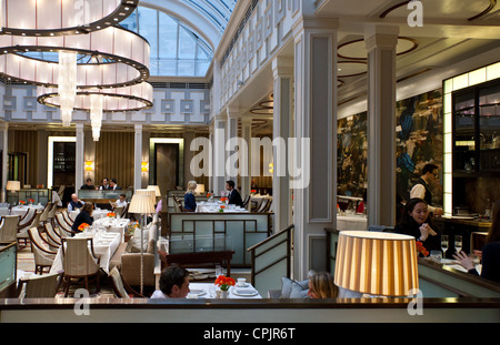 London, the afternoon tea hall of the Lanesborough hotel in Hide Park corner - Stock Photo