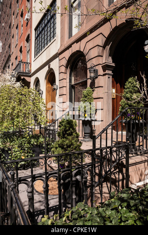 Brownstone apartment houses buildings residences on the for Apartments for sale in greenwich village nyc
