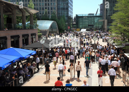 Lunch at Canary Wharf in the summer sunshine. - Stock Photo