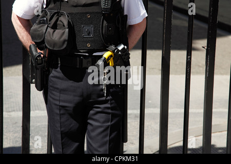An armed Metropolitan police officer at Downing Street, Westminster, London, England, U.K. - Stock Photo