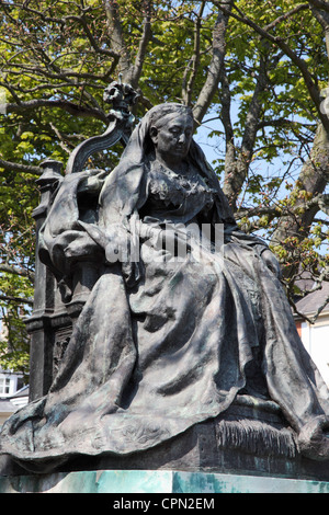 Statue of Queen Victoria sitting on throne at Tynemouth, North East England, UK - Stock Photo