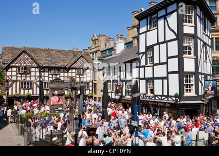 Crowded Sinclair's Oyster Bar and The Old Wellington public house Cathedral Gates Manchester City Centre England - Stock Photo