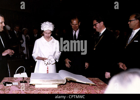 Elizabeth II, * 21.4.1926, Queen of the United Kingdom since 1952, state visit to Germany 1965, half length, signing - Stock Photo