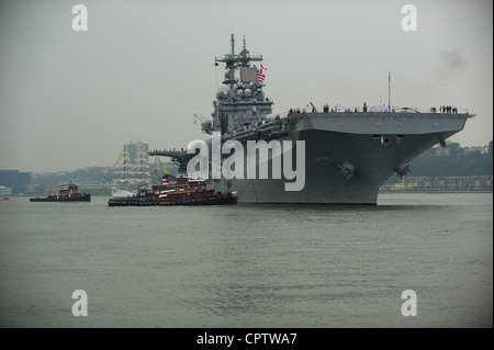 The amphibious assault ship USS Wasp (LHD 1) transits the Hudson River during the parade of ships at the start of - Stock Photo