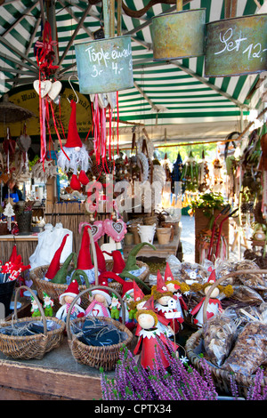Traditional outdoor Christmas market at Viktualienmarkt in ...