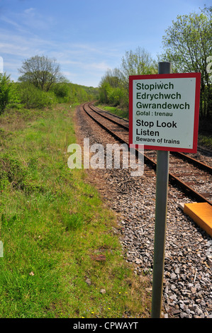 Railway crossing warning sign, in Welsh and English - Stock Photo