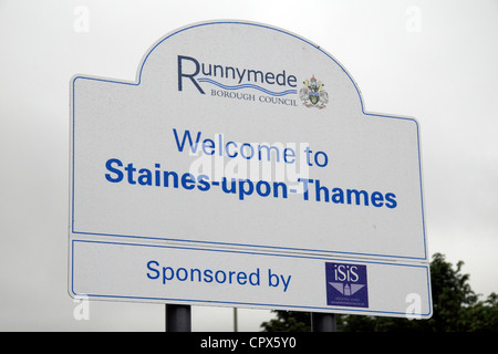 A 'Welcome to Staines-upon-Thames' road sign, Surrey, UK. Staines became Staines-upon-Thames on 20th May 2012. - Stock Photo