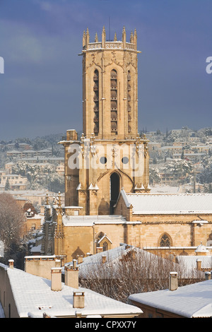 France, Bouches du Rhone, Aix en Provence, cathedrale Saint Sauveur (St Saviour's Cathedral) and snowed in roofs - Stock Photo