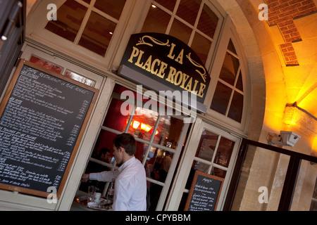 France, Paris, the Place des Vosges, La Place Royale Cafe under the arcades - Stock Photo