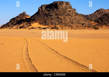 Tyre tracks in the desert sand, Sahara, Libya, North Africa, Africa - Stock Photo
