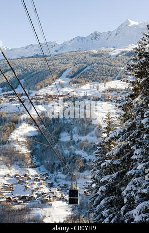 France, Savoie, les Coches, paradiski, cabin of Vanoise Express linking with Peisey Nancroix in the background - Stock Photo
