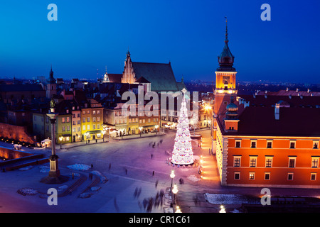 Poland, Warsaw, Castle Square, Sigismund's Column and Royal Castle in Christmas time - Stock Photo