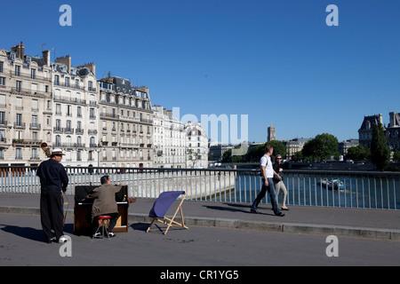 France, Paris, Pont Saint-Louis, pedestrian bridge linking ile Saint-Louis and ile de la Cite - Stock Photo