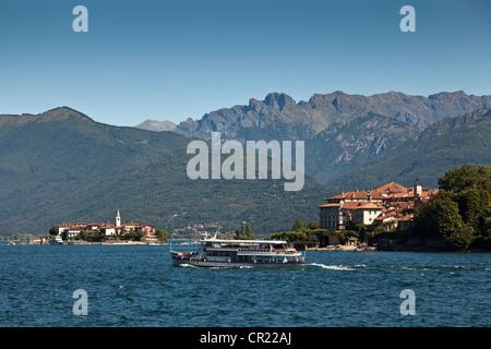 Boat sailing in rural bay - Stock Photo