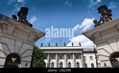 Ornate statues in courtyard - Stock Photo