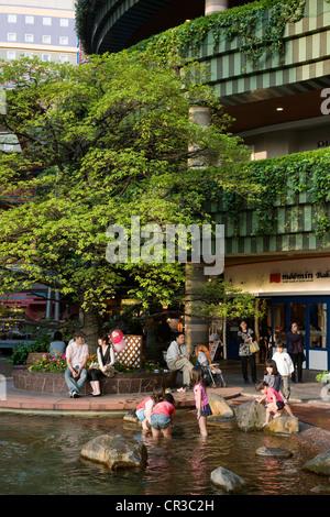 Japan, Kyushu Island, Kyushu Region, Fukuoka, Canal City Hakata, commercial complex, children playing in a bassin - Stock Photo