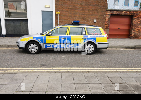 Police car illegally parked on double yellow lines - Stock Photo