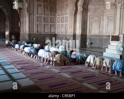 Muslims praying at Jama Mashid in Lahore, one of the largest mosques in Asia, Punjab, Pakistan, South Asia - Stock Photo