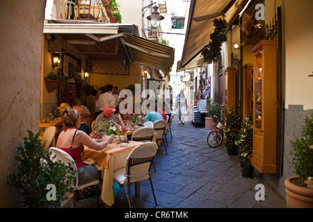 People in an alleyway restaurant, alley in old Sorrento, Sorrento Peninsula, Gulf of Naples, Campania, Italy, Europe - Stock Photo