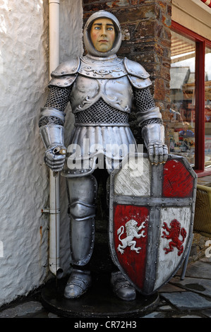 Life-size figure of King Arthur, Knight of the Round Table, in front of the Merlin Gifts & Confectionery shop, Fore - Stock Photo