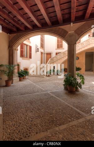 Spain, Balearic Islands, Mallorca, Palma de Mallorca, Mallorcan courtyard - Stock Photo