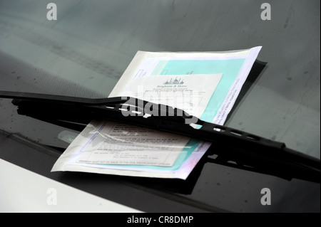 Parking ticket on a illegally parked car in Brighton - Stock Photo