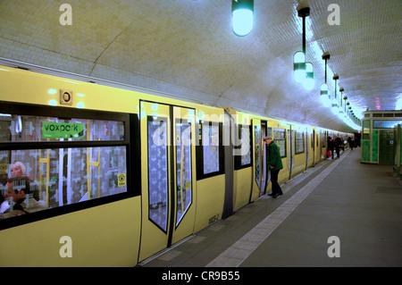 Berlin, Germany. U-Bahn (underground railway). Markisches Museum station - train at platform - Stock Photo