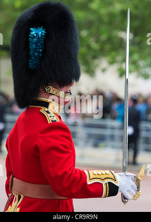 Guardsmen in the Mall for Trooping The Colour to celebrate The Queen's Birthday. The Mall, London, UK. - Stock Photo