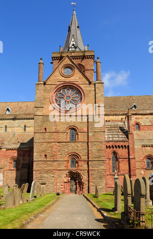 Path to south transept with rose window and door in 12thc St Magnus cathedral built with red and yellow sandstone - Stock Photo